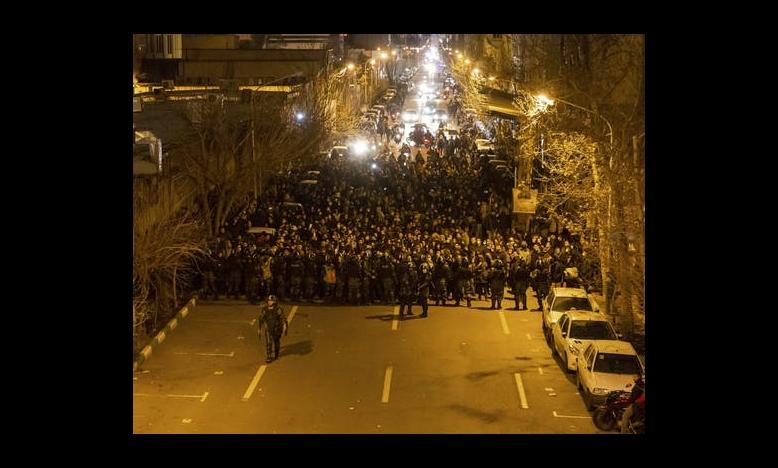 De Iraanse oproerpolitie houdt op 11 januari 2020 demonstranten tegen in de hoofdstad Teheran. De demonstranten demonstreren tegen het neerhalen van een Oekraïens passagiersvliegtuig drie dagen eerder waarbij alle 176 inzittenden om het leven kwamen. © STR/AFP via Getty Images