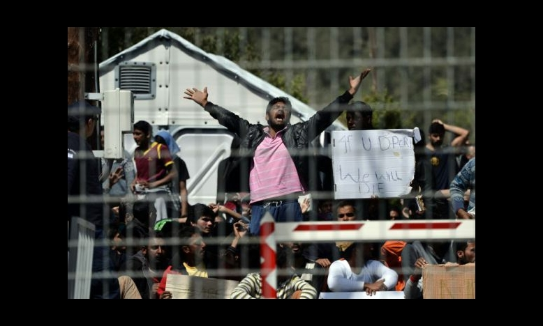 Migranten in het Moria kamp protesteren tegen de deportatie naar Turkije, 5 april 2016 © ARIS MESSINIS/AFP/Getty Images