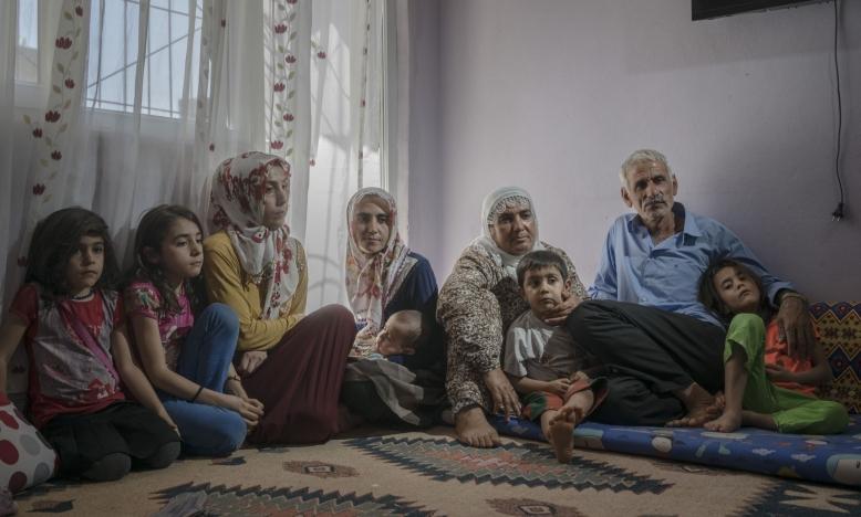 Turkse autoriteiten hebben een half miljoen mensen brutaal uit hun huizen gezet. Ook deze Koerdische familie.