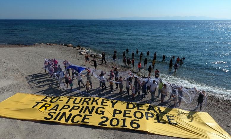 Activisten en vluchtelingen komen samen om actie te eisen van EU-leiders op het Griekse eiland Lesbos in 2017. Copyright Giorgos Moutafis/Amnesty International