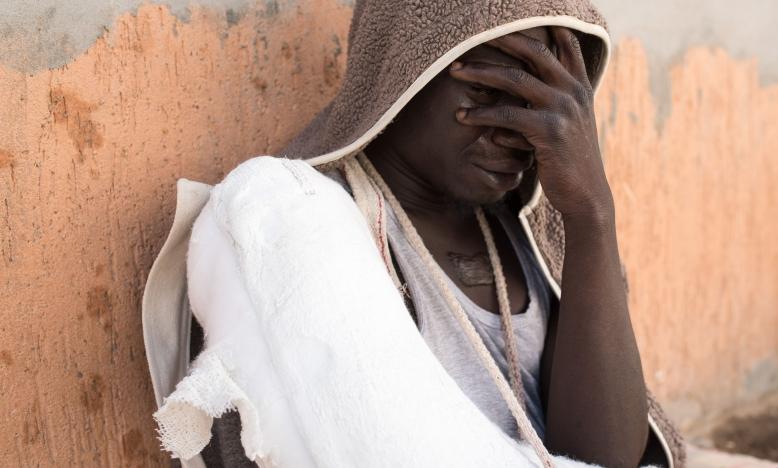 Een vluchteling in Libië went nadat ze gevangen werd door de anti-immigratie politie. © Taha Jawashi