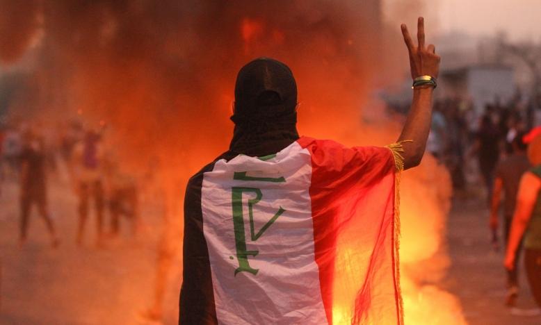 Een Iraakse demonstrant gebaart het V-teken tijdens een demonstratie tegen corruptie door de staat, falende openbare diensten en werkloosheid op het Tayaran-plein in de Iraakse hoofdstad Bagdad op 2 oktober 2019. © Ahmad Al-Rubaye / AFP via Getty Images