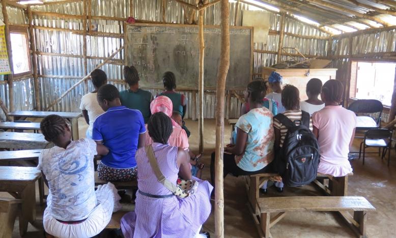 Een groep meisjes die gedwongen werden de school te verlaten toen ze zwanger bleken, Freetown, Sierra Leone, 2016