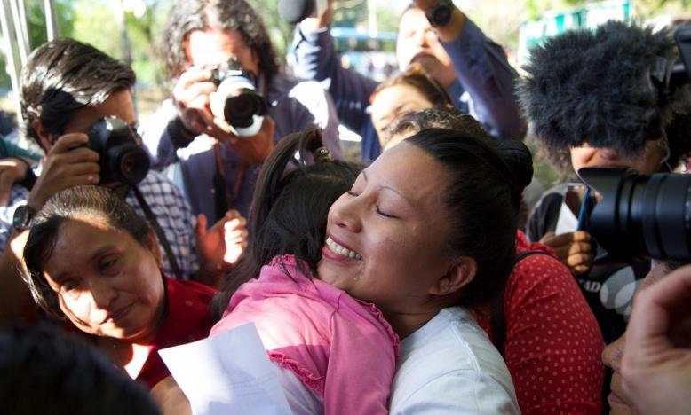 Teodora Vasquez omhelst haar familie en vrienden na haar vrijlating uit de gevangenis in Ilopango, El Salvador, op 15 februari 2018. Ze zat er opgesloten sinds 2008, nadat ze was veroordeeld op basis van de draconische anti-abortuswetten na een miskraam. © E. Romero