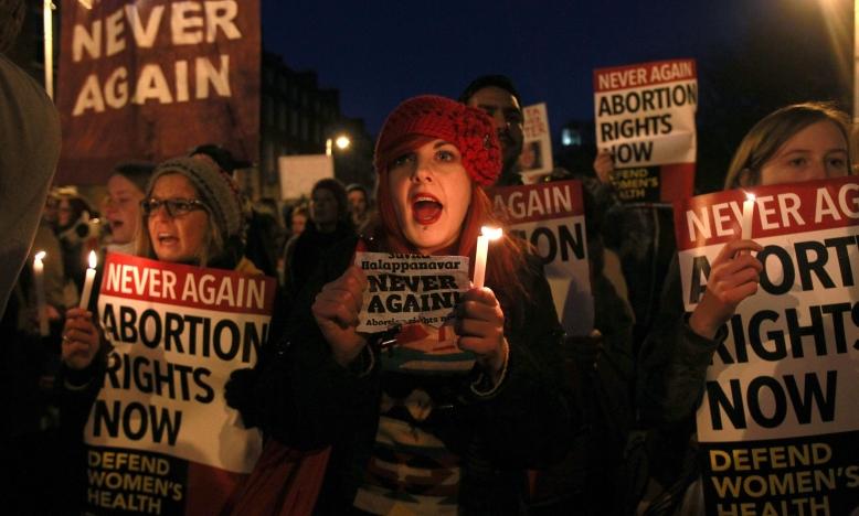 Demonstranten met borden en kaarsen ter nagedachtenis van Savita Halappanavar, tijdens een mars in Dublin voor wijziging van de abortuswetgeving op 17 november 2012. ©PETER MUHLY/AFP/Getty Images