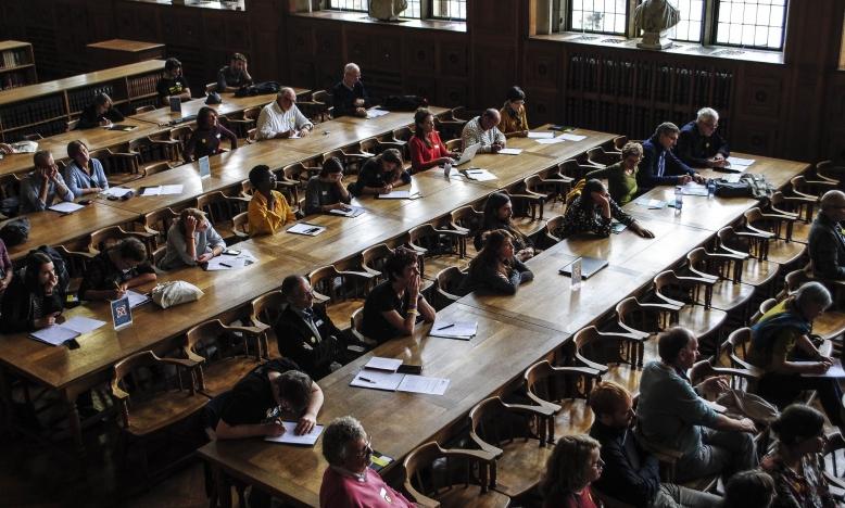 De jaarlijkse Amnesty-dag waar activisten en supporters van Amnesty Vlaanderen mekaar ontmoeten en in gesprek gaan, had dit jaar wel een erg mooi kader.  Op 20 september 2017 verzamelden we in de Leuvense universiteitsbibliotheek, waar het kraakte van de wijsheid. Het ideale scenario om er een dag 'op niveau' van te maken.