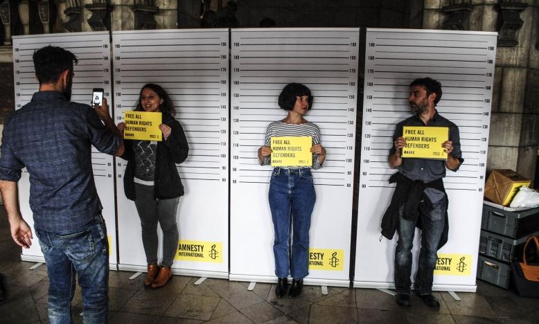 Alle 170 aanwezige Amnesty-activisten toonden, bij het verlaten van de bibliotheek, hun solidariteit én strijdvaardigheid met een foto op sociale media.  Dit naar aanleiding van het gevangenschap van de Turkse Amnesty-directeur Idil Eser en Amnesty-voorzitter Taner Kiliç. We blijven strijden voor hun vrijlating, dit samen met de rest van de wereld.