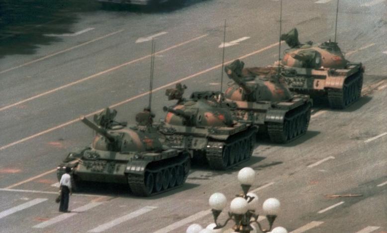 """""""Tank Man"""", een iconisch beeld van verzet © Jeff Widener/AP/REX/Shutterstock"""