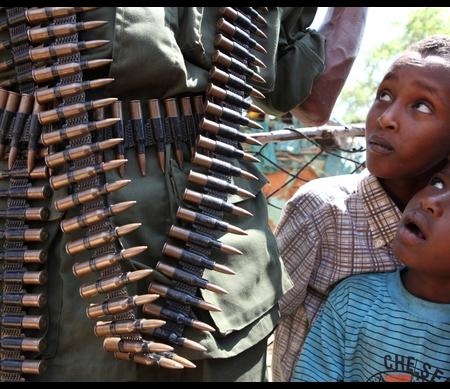 Somalische kinderen kijken naar een soldaat Foto: REUTERS/Noor Khamis
