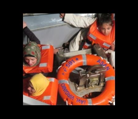 Vrouwen en kinderen gered door een Italiaans marineschip in 2014
