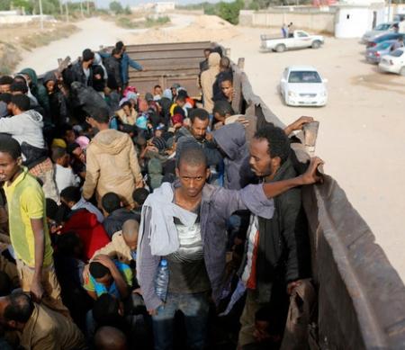 Afrikaanse migranten worden overgebracht naar een detentiecentrum - foto: Reuters