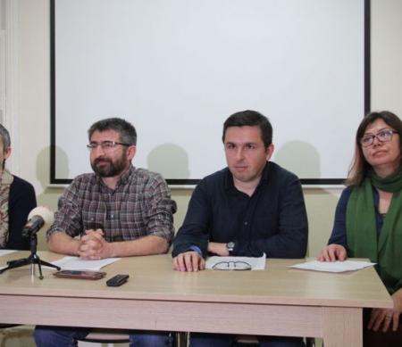 Esra Mungan, Muzaffer Kaya, Kıvanç Ersoy en Meral Camcı op een persconferentie in Istanbul op  10 maart 2016