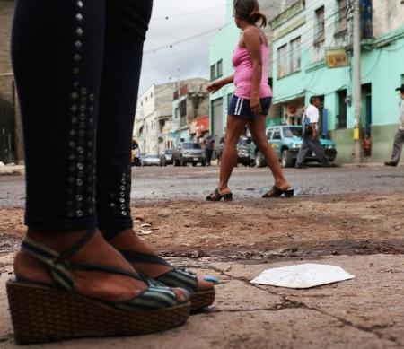 Sekswerkers wachten op klanten, Tegucigalpa, Honduras © Spencer Platt/Getty Images