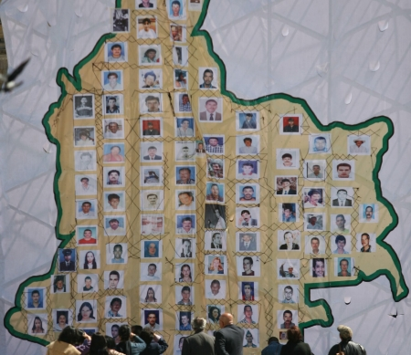 Kaart van Colombia met foto's van slachtoffers in het conflict