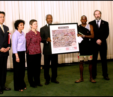Overhandiging van Million Faces petitie aan Kofi Annan in 2006