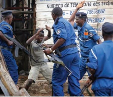 Politieagenten slaan een jongetje  ©EPA/ DAI KUROKAWA