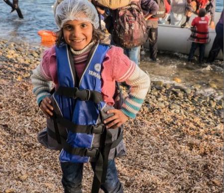 een meisje komt aan op Lesbos, Griekenland © Michael S Honegger