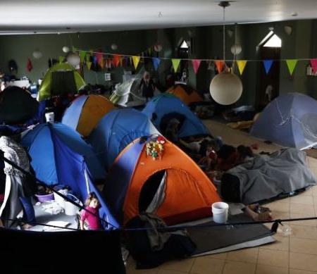 De omstandigheden in Dipethe en andere kampen in Chios zijn schandelijk. Vluchtelingen en hun families slapen in open lucht en zijn blootgesteld aan hitte en regen. Vrijwilligers doen hun best, maar er is onvoldoende eten en de hygiënische omstandigheden zijn vreselijk © Giorgos Moutafis