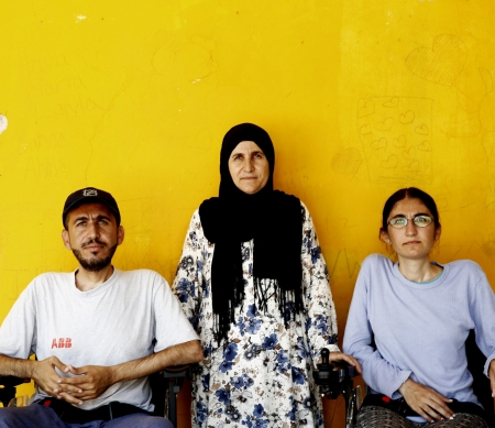 Alan, Gyan en hun moeder © Giorgos Moutafis/Amnesty International