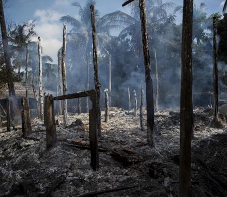 Veiligheidstroepen Myanmar doden en verkrachten Rohingya