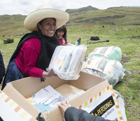 Máxima Acuña uit Peru dolblij met brieven Schrijfmarathon