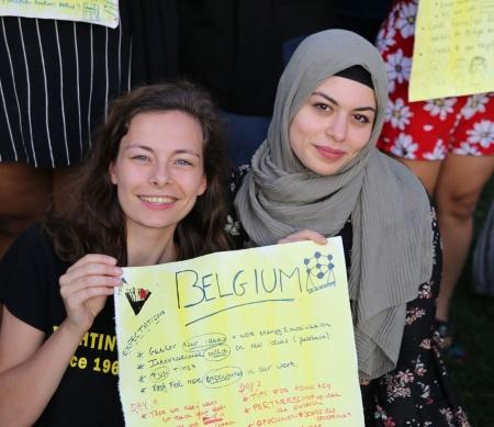 Amnesty-medewerkster Cara (links) en rechtenstudente Naima (rechts) op de jongerentop in Nairobi, Kenia.