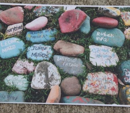 een steen voor elk slachtoffer in de Vredesgemeenschap