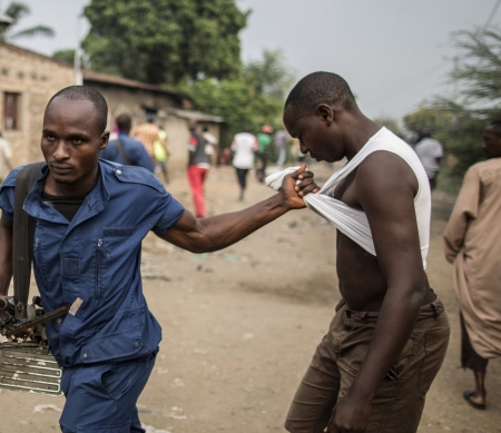 Een man wordt opgepakt in Bujumbura, 27 juni 2015 – copyright: AFP/Getty Images