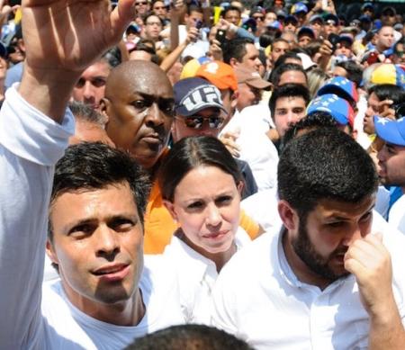 Op 8 juli is de Venezolaanse gewetensgevangene Leopoldo López overgeplaatst van de gevangenis naar zijn huis in Caracas, de hoofdstad van Venezuela. Daar moet hij de rest van zijn straf uitzitten.