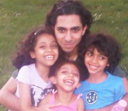 Raif Badawi met zijn kinderen