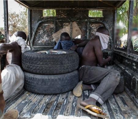 Jonge mannen opgepakt voor ondervraging, Bama 25 maart 2015 - Foto: Getty Images