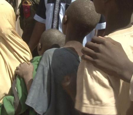 Gevangen kinderen bij de Giwa-barakken tijdens hun vrijlating © Kolawole Israel