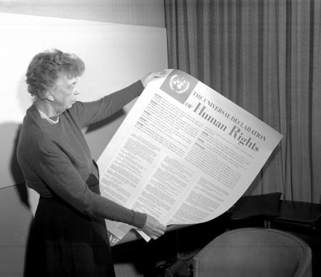 Eleonor Roosevelt met de Universele Verklaring van de Rechten van de Mens