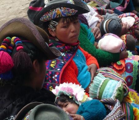Vrouwen wachten in de rij voor het ziekenhuis, Peru