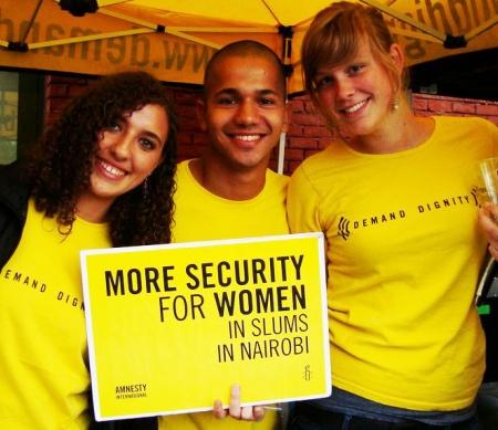 Enkele stagiairs tijdens een Amnesty actie