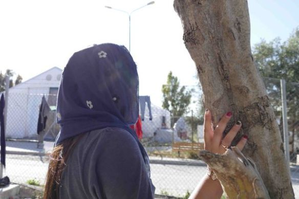 """De Afghaanse journaliste """"Shirin"""" (niet haar echte naam) vertelt dat ze werd neergeschoten door de Taliban. Ze vluchtte uit haar land om veiligheid te vinden, maar nu leeft ze elke dag in angst in het smerige Griekse vluchtelingenkamp. """"Hier voel ik mij ook niet veilig,"""" zegt ze. """"Ik ben zo bang dat ik 's nachts nooit uit mijn kamer durf te komen."""" Ze zegt dat vele vrouwelijke vluchtelingen verbaal of seksueel worden lastiggevallen © Amnesty International"""