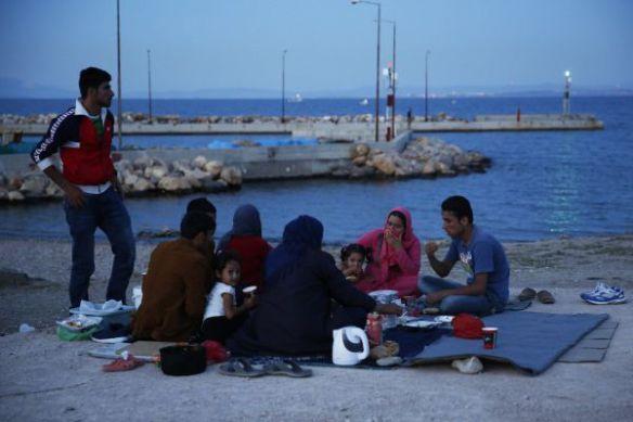 De meerderheid van de mensen die vastzitten op de Griekse eilanden zijn families. Veel moeders reizen alleen met hun kinderen. Ondanks de smerige toestanden, is hun grootste angst vaak het gebrek aan informatie. Een asielaanvraag indienen duurt pijnlijk lang en geruchten doen de angst over hun toekomst toenemen © Giorgos Moutafis
