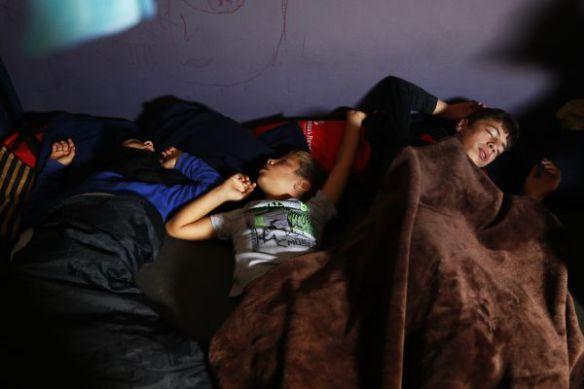 Deze nacht slapen er opnieuw kinderen in de openlucht op Chios en andere Griekse eilanden maar ze zijn ten minste bij hun familie. Andere kinderen dwalen alleen door de straten, zonder bescherming. Ze staan bloot aan allerlei gevaren. Bijna 40% van alle vluchtelingen en migranten die in Griekenland aankomen, zijn kinderen, zeggen de VN © Giorgos Moutafis