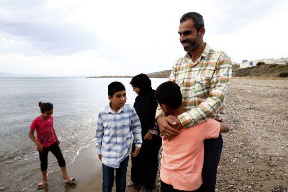 Een zeldzame gelegenheid voor Ahmad en zijn familie om uit te blazen aan de kust. Angst en onzekerheid over hun toekomst maakt hun dagelijks leven tot een strijd. Maar Ahmads gezicht flakkert nog steeds op als hij over zijn kinderen spreekt. Razan is 8, Osama 12 en Yaman 10 © Giorgos Moutafis