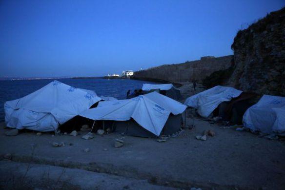 Ahmad en zijn familie breken de vasten in het Soudakamp. Na meer dan twee maanden op Chios proberen ze de moed erin te houden. De oorlog in Syrië vernietigde hun toekomst, dus Ahmad hoopt voor een betere toekomst voor zijn kinderen in Europa. De gedachte aan een terugkeer naar Turkije bezorgt hem koude rillingen. Zijn zus en haar familie werden door de Turkse politie teruggestuurd naar Syrië in januari en zijn kinderen werden in Turkije aangevallen door lokale bewoners omdat ze Syriërs zijn © Giorgos Moutafis
