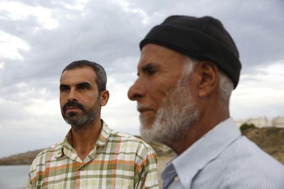 Ahmad werkte als ingenieur in Syrië. Hij vluchtte met zijn vader Mohamed voor de oorlog. Via Turkije kwam hij enkele maanden geleden aan in Griekenland. Door het gebrek aan informatie en de slakkengang van de asielprocedure, worden ze steeds banger © Giorgos Moutafis