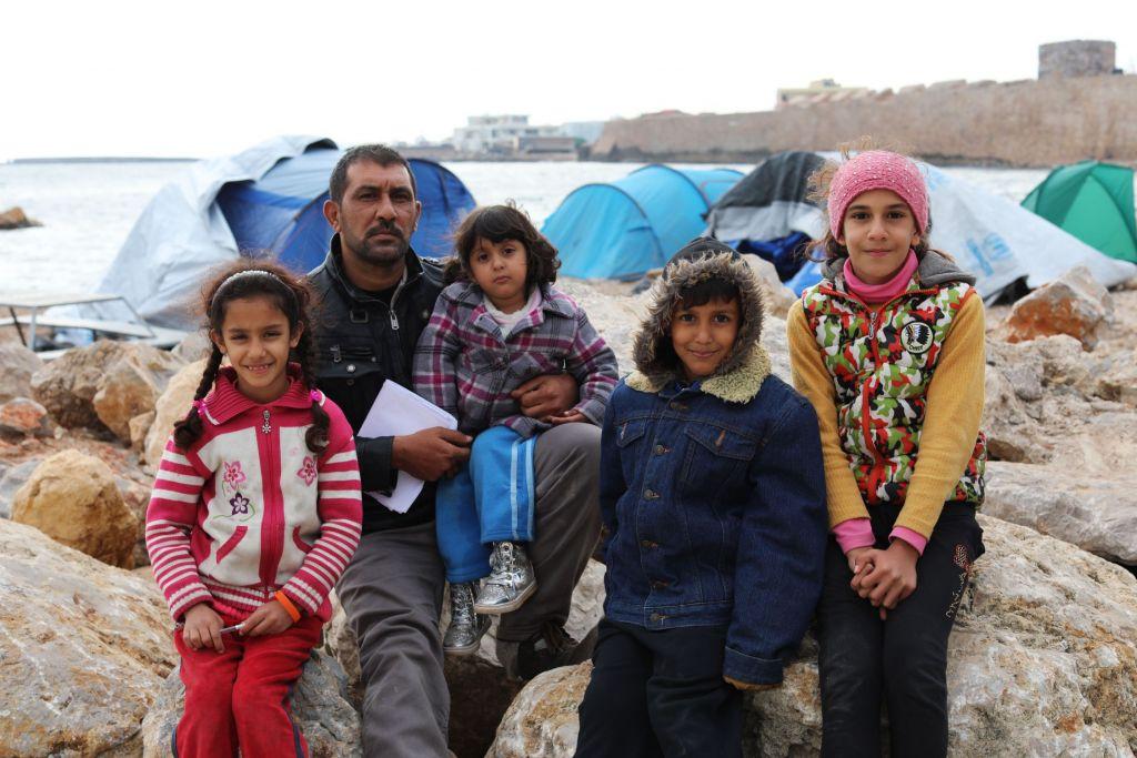 """Hussein en zijn familie. Hussein's vader, Asad, vertelde: """"In Irak is de situatie niet veilig ... Mijn zoon lijdt aan een leveraandoening. Er zijn geen geneesmiddelen, er is geen behandeling voor mijn zoon in Irak ... We verloren zijn medicijnen op zee ... Zelfs in de school in Irak hebben ze hem niet willen registreren, omdat hij ziek was ... """" © Giorgos Moutafis/Amnesty International"""
