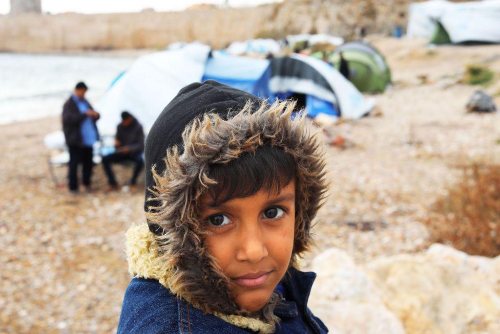 Hussein,  8 jaar, komt uit Irak en lijdt aan een leveraandoening. Volgens de artsen in Irak zou Hussein een transplantatie kunnen nodig hebben. Hij zit met zijn familie vast op Chios.  De familie had de Egeïsche Zee overgestoken en kwam op Chios aan op 25 november 2016. In Vial vluchtelingenkamp was geen plaats meer en ze werden doorverwezen naar Souda kamp. Het gezin moest een paar dagen onder de blote hemel slapen en kregen dan een dunne tent op het strand buiten het kamp. © Giorgos Moutafis/Amnesty International