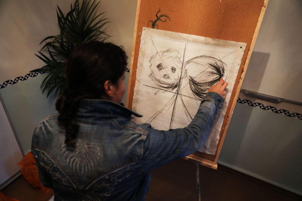 Offa is een professionele schilder uit Aleppo, Syrië. Ze kwam begin augustus op Chios aan  en wacht nog steeds  op het resultaat van haar asielaanvraag  © Giorgos Moutafis/Amnesty International