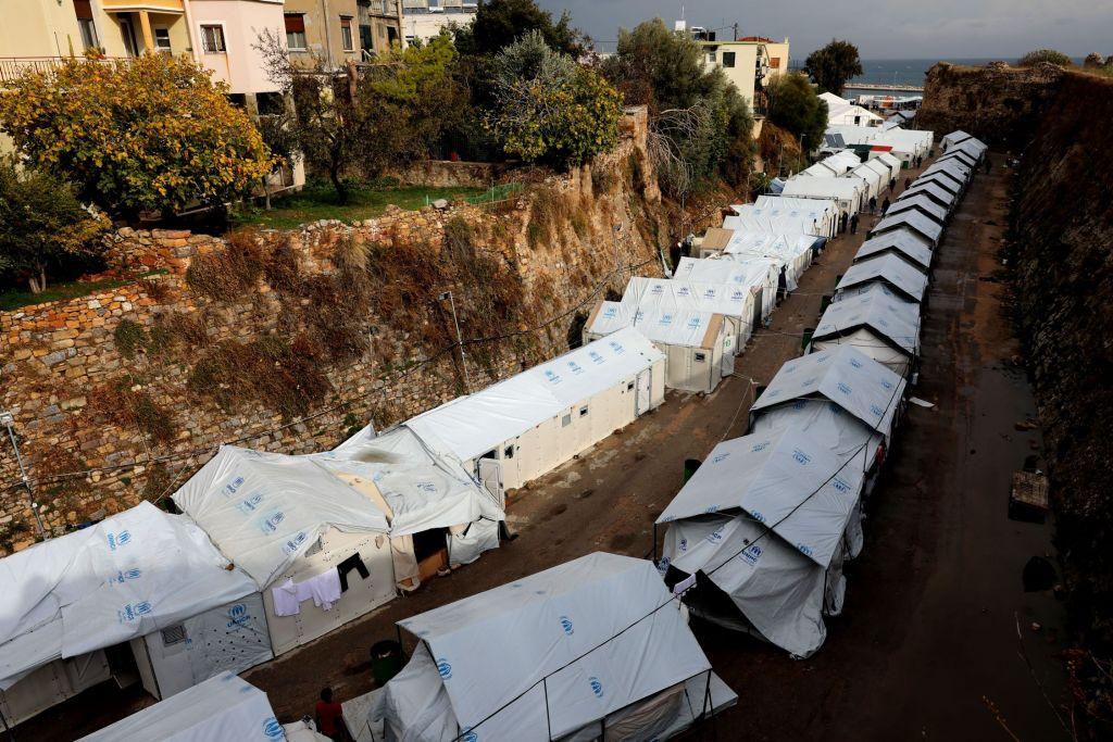 Souda kamp op het Griekse eiland Chios. De omstandigheden in het kamp zijn bijzonder schrijnend voor de mensen die door de overbevolking in tenten moeten slapen, blootgesteld aan lage temperaturen en zware regen. Souda heeft een capaciteit van 1.100 mensen, maar veel vluchtelingen met inbegrip van kwetsbare gezinnen slapen in tenten buiten het kamp naast het strand. © Giorgos Moutafis/Amnesty International