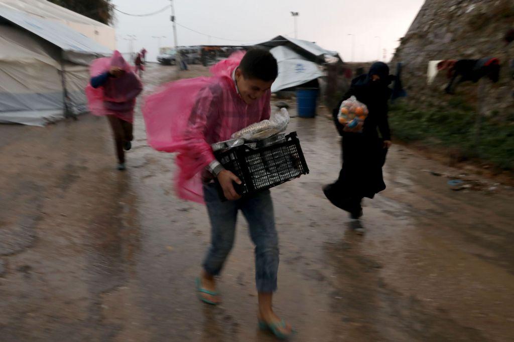 Souda kamp. De geïnterviewde vluchtelingen  spraken van onvoldoende, of een gebrek aan verwarming of warm water en hun vrees voor de veiligheid ten gevolge  van gevechten tussen de verschillende nationaliteiten of racistische aanvallen door leden van extreem-rechtse groeperingen op Chios. © Giorgos Moutafis/Amnesty International