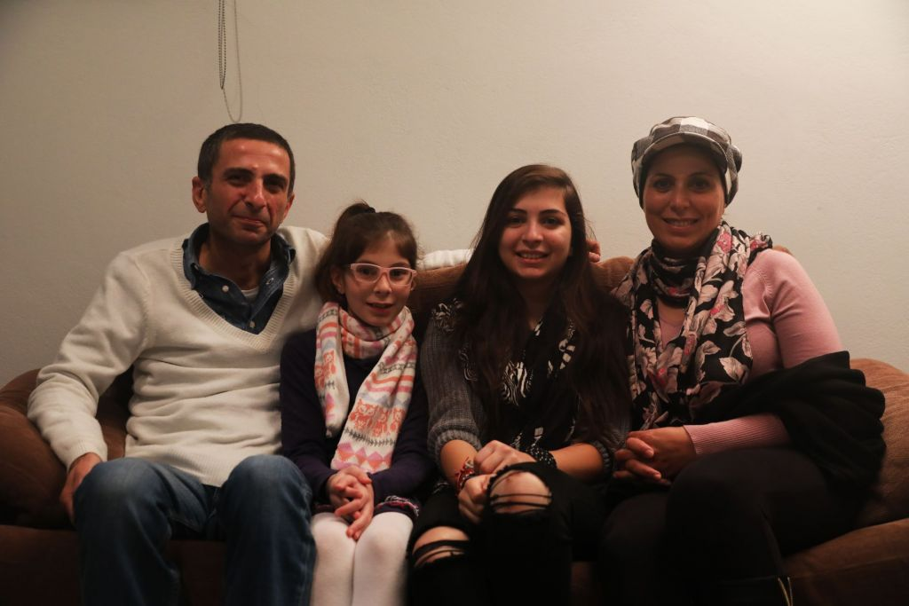 """Majd en Manal zijn een Syrisch paar dat Aleppo ontvluchtte met hun twee dochters, Luna (15) en Dana (10).  Hun zoon van 20 is al een erkend vluchteling in Duitsland.  De familie arriveerde op Chios de dag dat de EU-Turkije deal in werking trad op 20 maart 2016.  Zij verblijven nu bij een Griekse familie in Athene. Majd's boodschap aaan de Europese leiders: """"We zijn niet naar Europa gekomen om voedsel te stelen, om werk af te pakken, om problemen te maken. We zijn  naar hier gekomen omdat we op zoek waren naar een veilige plek ... Dit is het hart van Europa en wij wonen in tenten en we hebben geen bescherming ..."""" © Giorgos Moutafis/Amnesty International"""