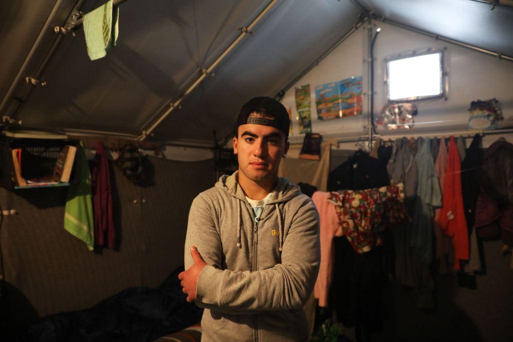 B.K.D. is een 17-jarige Syrisch Koerdische jongen die op dit moment met zijn familie in Souda kamp verblijft.  Zij kwamen in september  op Chios aan  en wachten op het antwoord op hun asielaanvraag. Ze zijn dit jaar gevlucht voor het IS en de bombardementen. B.K.D. moest zijn school stopzetten als gevolg van de oorlog, maar hij is erop gebrand om zijn opleiding voort te zetten. Hij houdt van rapmuziek en hij zou rapliedjes willen schrijven over zijn oorlogservaringen en het leven in de vluchtelingenkampen. B.K.D. vertelde over de onveiligheid in het kamp, de gevechten tussen vluchtelingen en de racistische aanvallen op het kamp in november 2016. © Giorgos Moutafis/Amnesty International
