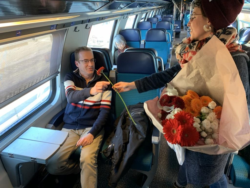 Amnesty Zwitserland herhaalde de actie van de Iraanse Yasaman door bloemen uit te delen aan medetreinreizigers. Dat deden ze op weg naar de Iran-afgevaardigde bij de Verenigde Naties in Genève, om er hun handtekeningen te overhandigen en de vrijlating van Yasaman te eisen. (c) AI Switzerland