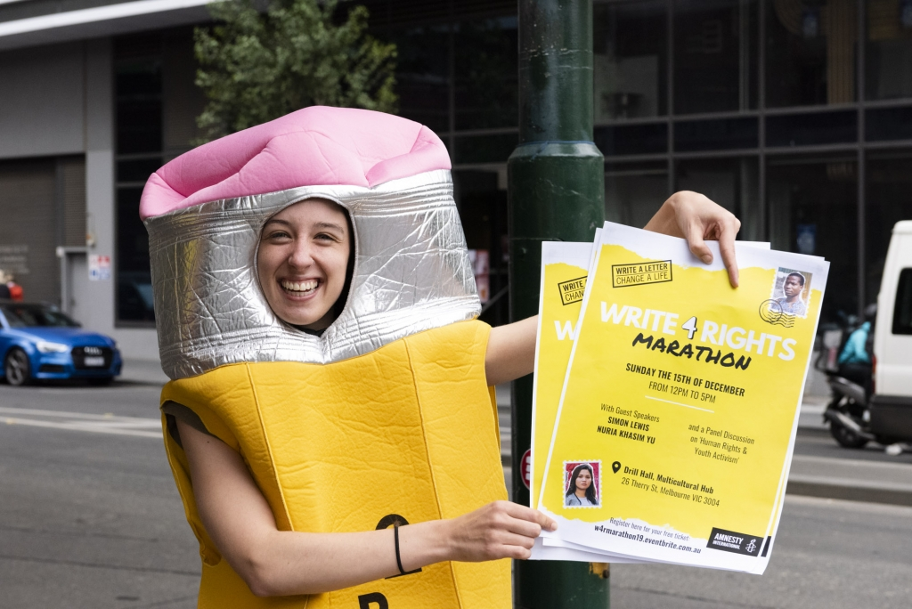Een enthousiaste Amnesty-activist promoot een grote briefschrijfactie in Melbourne, Australië. (c) Sarah Donovan